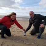Community Foto von einem Ehepaar am Strand mit einer Flasche Möller's Omega-3