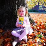 Community Foto von einem Mädchen am Baum mit einer Packung Möller's Omega-3 Geleefische